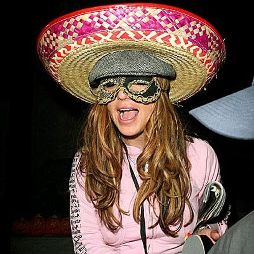 Кто это ? Королева карнавала ? Папарацци под прикрытием ? Это Хайди Клум на Хэллоуин... До сих пор умением напялить сразу несколько костюмов славилась только Бритни Спирс...
