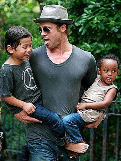 Бред Пит на прогулке с Паксом и Захарой в Нью-Йорке 26 августа 2007 года...