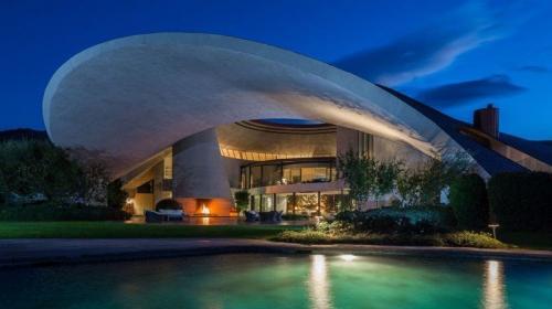 Боб Хоуп - НЛО в Палм-СпрингзВ доме знаменитого комика, построенном в оригинальном стиле и напоминающем космический корабль, 10 спален, у каждой из которых - отдельная ванная комната и туалет. Огромный дом площадью больше 2000 кв.м. был построен в 1973 году знаменитым архитектором Джоном Лотнером. Он был выставлен на продажу году за  миллионов, однако, по слухам, конечная цена была ниже чуть ли не втрое.