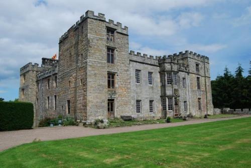 10 мистических замков с привидениями