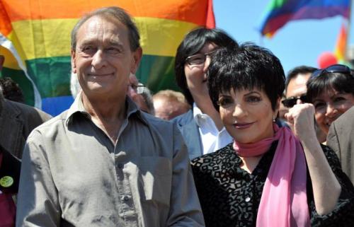 Деланоэ не участвует активно в жизни гей-сообщества, но активно борется за права человека против любой дискриминации. Известны и его меры против дискриминации сексуальных меньшинств в муниципальных службах города.