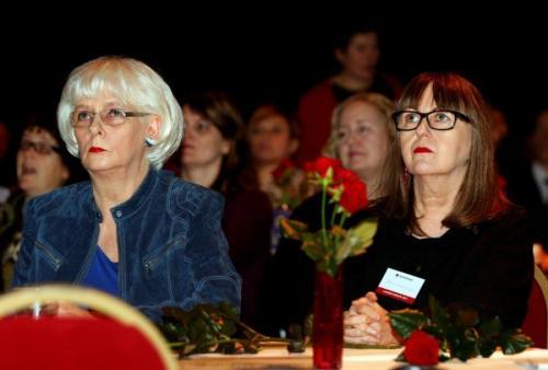 В 2002 году в возрасте 60 лет Сигурдардоттир оформила отношения с писательницей и журналисткой Йониной Леосдоттир.