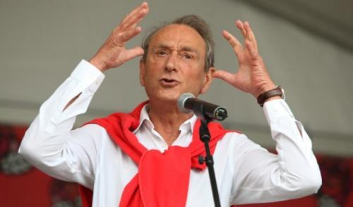 В 1998 году публично признался в гомосексуальных предпочтениях во время телеинтервью.