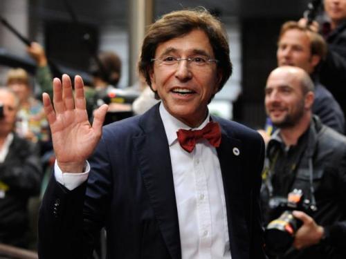 Кроме того, политик причисляет себя к масонам и атеистам. Еще Элио ди Рупо известен любовью к ярким аксессуарам  – красным бабочкам и шарфам.