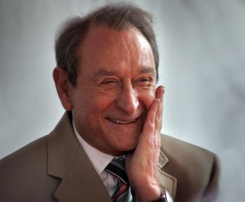 В 2002 году политик пережил покушение на убийство от человека, который «не любит политиков и гомосексуалистов».