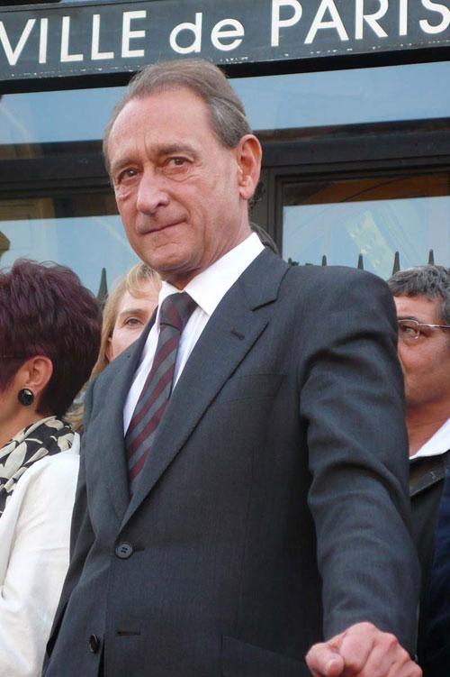 Бертран Деланоэ До апреля 2014 года Бертран Деланоэ был мэром Парижа. Он занимал этот пост с  марта 2001 года.