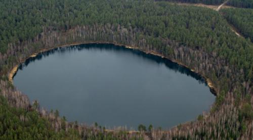Озеро СвятоеИсторики предполагают, что кратер возник уже в историческое время, примерно в Х веке нашей эры. Глубина озера достигает 27 метров и здесь нет ни ила, ни другой растительности. Примерно в это же время с лица земли пропал целый народ