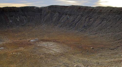 Кратер Попигай100 километров в диаметре и 200 метров глубины: в бассейне реки Попигай находится самый крупный метеоритный кратер России. Он образовался целых 35,7 миллионов лет назад, во время массовой астероидной бомбардировки, после которой наступило олигоценовое похолодание. В 2012 году правительство рассекретило сведения о том, что здесь располагалось самое большое в мире месторождение импактных алмазов.