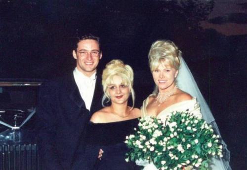 """Хью Джекман и Дебора-Ли Фернесс (13 лет разницы)В апреле 1996 года на съемках фильма """"Корелли"""" Хью Джекман познакомился с актрисой Деборре Ли Фурнесс, 1955 года которая старше актера на 13 лет. Вскоре пара расписалась."""