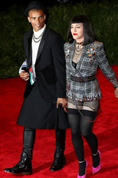 С танцором Брахимом Заибатом (30 лет разницы), Мадонна провела два года.