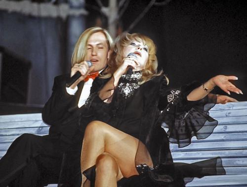 Затем, в начале 90-х с восходящей, не без её помощи, звездой Сергеем Челобановым (12 лет разницы).