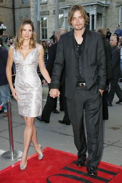 Мира Сорвино и Кристофер Бакус (14 лет разницы)С 2004 года Мира Сорвино(1967 г. рождения) замужем за актёром Кристофером Бакусом (род.1981).