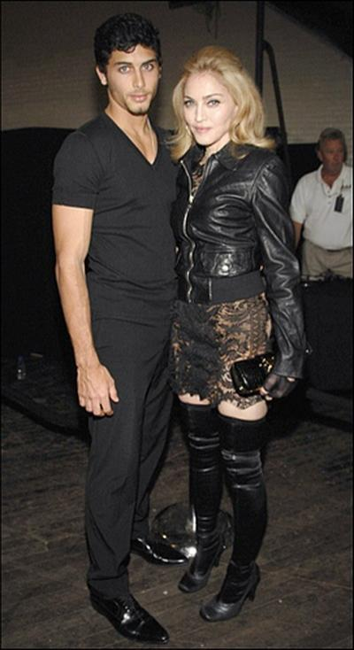 Хесус Лус был младше Мадонны на 28 лет, звезда была даже старше его мамы. Но роман с ним долго не продлился.