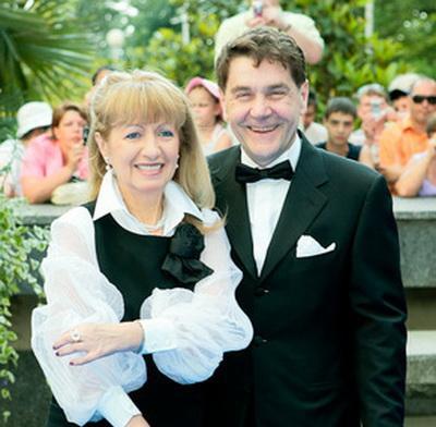 Их брак был зарегистрирован в 1983 году. Свадьба была скромной. С тех пор они вместе.