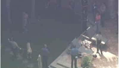 Полиция подозревает, что погибший мог не поладить с собаками (у одной из них были щенки, и она могла проявить агрессию) и бросился наутек. Спасаясь от собак, он перепрыгнул через ограду, но упал и вскоре умер...