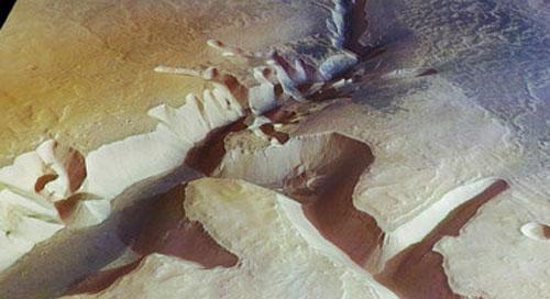 Каналы и лощины, обнаруженные на поверхности Марса, говорят о том, что в прошлом климат здесь был более влажным, но со временем большая часть воды испарилась, в то время как на полюсах она сконцентрировалась под поверхностью в виде льда.