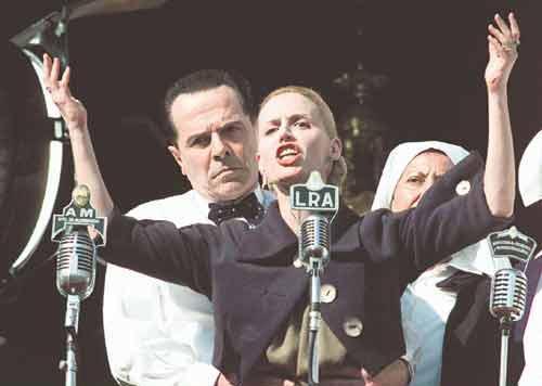 Ева Перон Легендарная жена президента Аргентины Хуана Перона скончалась 26 июля 1952 года, когда ей было всего 33 года по причине раковой болезни.На фото: 4 июня 1952 года, после победы Перона на выборах Эва, измождённая после операции и сеансов химиотерапии, в последний раз появилась перед народом – она стояла на трибуне, поддерживаемая мужем. «Вы должны умереть за Перона!» — бросила она толпе