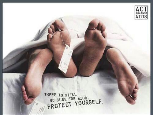 """А этот плакат гласит: """"Против СПИДа еще нет лекарства. Предохраняйтесь""""."""