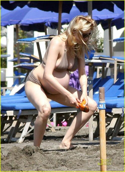 Беременная Летиция Каста не стесняется щеголять по пляжу, страница ...