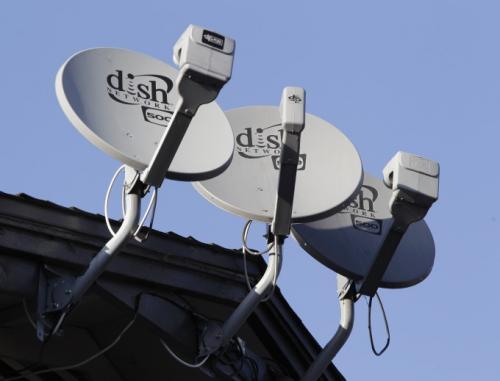На этом архивном фото, сделанном 23 февраля 2011 г., показаны 3 спутниковые тарелки фирмы Dish Network, установленные в жилом комплексе в Пало-Альто, штат Калифорния, 2 мая 2011 г.