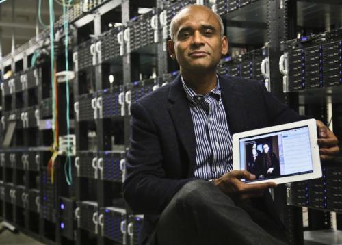 На этом фото, сделанном  20 декабря 2012 г. в Нью-Йорке, Чет Каноджиа (Chet Kanojia), основатель и генеральный директор фирмы, Аéreo, Inc., показывает планшет, отображающий технологию его компании.
