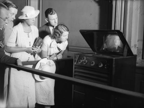 Август 1936: люди смотрят телевизор на станции Ватерлоо в Лондоне.