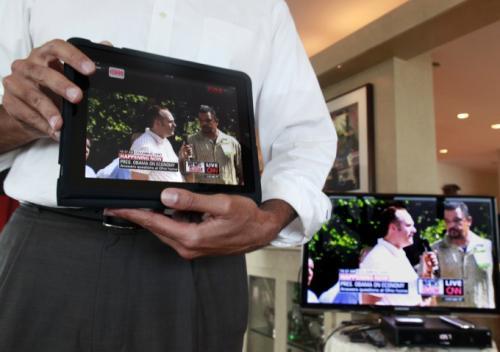 18 августа 2010 г., Нью-Йорк: директор по информационным технологиям фирмы Verizon Шейган Кхерадпир (Shaygan Kheradpir) демонстрирует программное приложение, которое позволит клиентам FiOS TV смотреть прямой эфир прмо на IPad.
