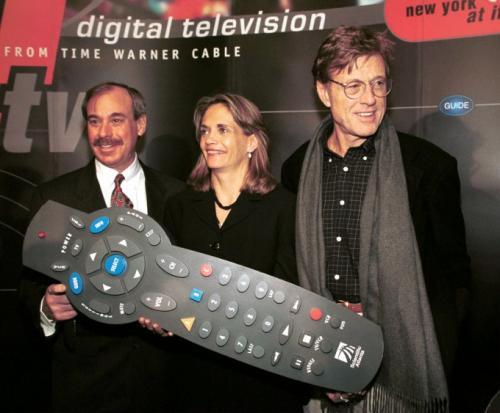 Актер и режиссер Роберт Редфорд — справа — выступает с Барри Розенблюмом, президентом компании Time Warner Cable, и Барбарой Келли, старшим вице-президентом и генеральным менеджером TWC, на презентации цифрового телевидения от Time Warner Cable в Нью-Йорке, 7 февраля 2000 г.