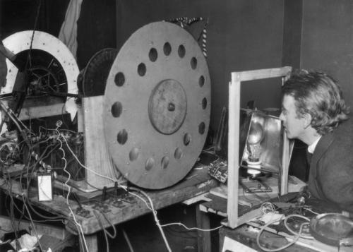 Самый первый телевизор, созданный в 1925 г. шотландским изобретателем Джоном Лоуги Бэрдом