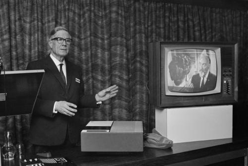 Прототип видеомагнитофона демонстрируется в Великобритании в 1968 г.