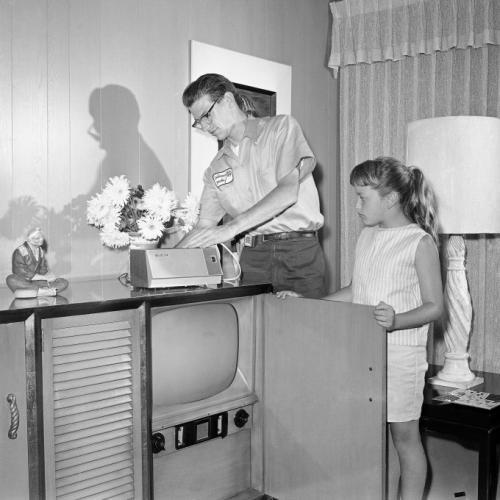 В начале 60-х появилось платное телевидение. На снимке Джон Гарротт (John Garrott) устанавливает блок выбора программ в Лос-Анджелесе, штат Калифорния.
