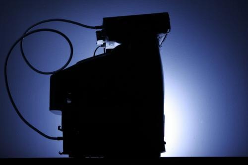 На этом архивном фото от 30 мая 2007 г. показана кабельная приставка, установленная на верхней части телевизора. Клиенты платного ТВ с подобными приставками вскоре смогут записывать программы без DVR.