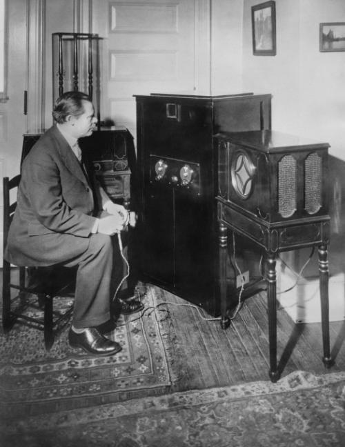 Доктор  Александерсон  - изобретатель радиотелевизионного процесса, с помощью которого пользователь мог не только слушать, но и смотреть передачи. На фото: первый в истории приём телевизионной программы на дому