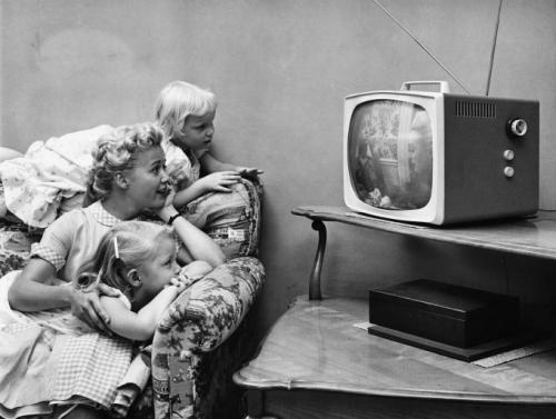 1955 г.: семья смотрит телевизор у себя дома.