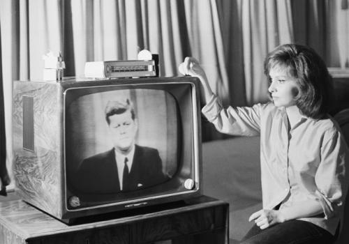 Джина Лоллобриджида следит по телевизору за выступлением президента Кеннеди на своей вилле в Риме 23 июля 1962 г. во время прямой трансляции из США в Европу через спутник Телстар.