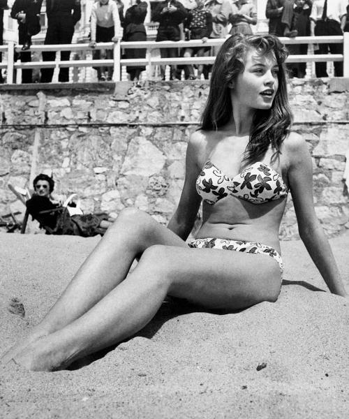 Культовый бикини Брижит Бардо Считается, что именно Бардо ввела моду на бикини – не знаем, так ли это, но то, что в 1953-м году актриса произвела фурор на каннском пляже в этом купальнике – факт!