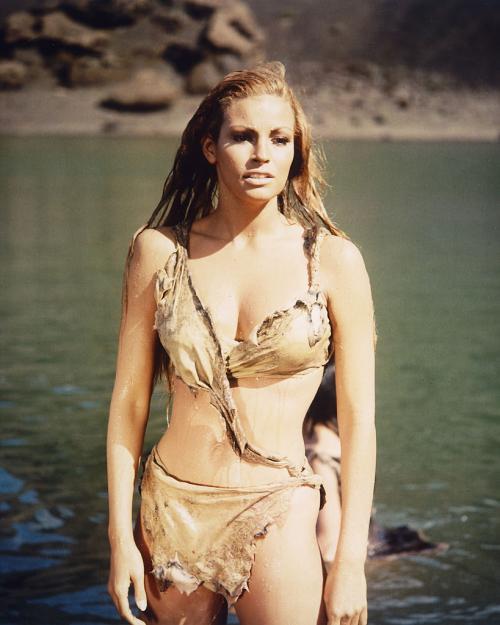 «Первобытное» бикини Ракэль Уэлш Секс-символ 70-х прославилась благодаря комедии «Миллион лет до нашей эры», в особенности, кадру, где Уэлш выходит из воды в кожаном бикини.