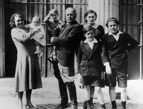 Бенито Муссолини с супругой Ракель и детьми