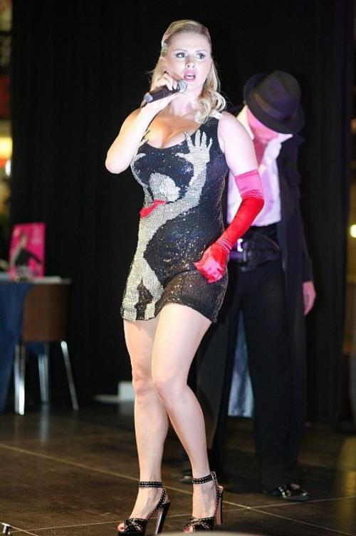 Анна Семенович, видимо, всячески старается обратить внимание на свой бюст, не задумываясь о стиле.