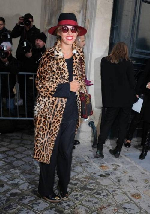 Ксения Собчак на показ Dior в рамках Недели моды в Париже надела все лучшее сразу - и шляпу, и круглые солнечные очки, и леопардовое пальто, и туфли Prada, украшенные бабочками.