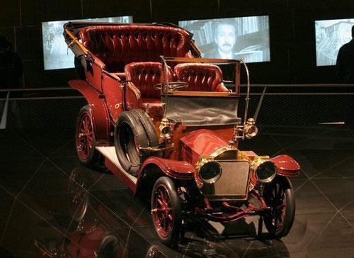 Строительство, как его называют, «храма автомобилистов» обошлось концерну «Даймлер-Крайслер» приблизительно в 150 миллионов евро...