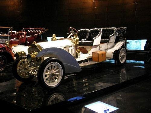 Именно это место можно с уверенностью назвать «колыбелью» автомобилестроения – в конце 19 века здесь трудились Вильгельм Майбах и Готтлиб Даймлер, а в начале 20-го века здесь были собраны первые авто «Мерседес».