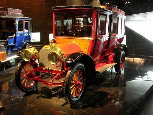 По замыслу устроителей, осмотр экспозиции должен исподволь вызвать у посетителя ощущение, что история автомобиля как такового неразрывно связана с развитием и достижениями марки с трехконечной звездой...