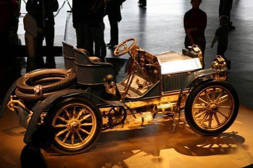 Правомочность этого утверждения подтверждает непосредственная близость музея от главного производственного комплекса и штаб-квартиры Mercedes Car Group в Штутгарте-Унтертюркхайме.