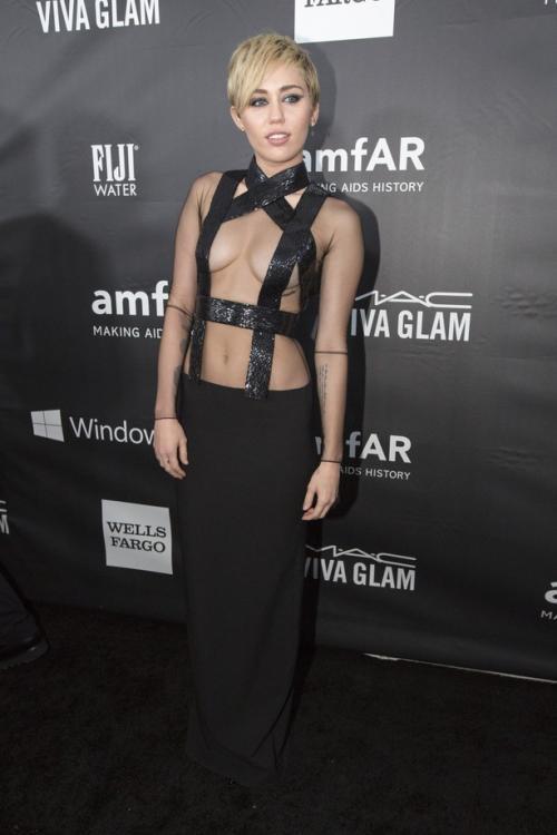 Майли Сайрус (Miley Cyrus) на благотворительном вечере amfAR