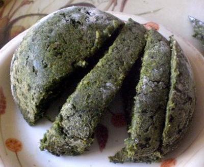 Крапивный пудинг Это блюдо известно по крайней мере с эпохи неолита- для его приготовления уже требовалась какая-нибудь глиняная посуда. К крапиве добавлялась пшеничная мука, а также: листья щавеля, одуванчика и зелёного лука.