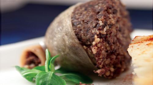 Мясной пудинг На самом деле, чтобы получилось воистину по-древнему и первобытно на всю катушку, учёные-историки кулинарии настоятельно рекомендуют использовать в качестве сосуда не тесто, а желудок овцы или слепую кишку быка. Основной заправкой здесь выступают мясо, жир, лёгкие, а также сердце ягнёнка. Весь процесс приготовления занимает около семи часов, не считая замачивания желудка.