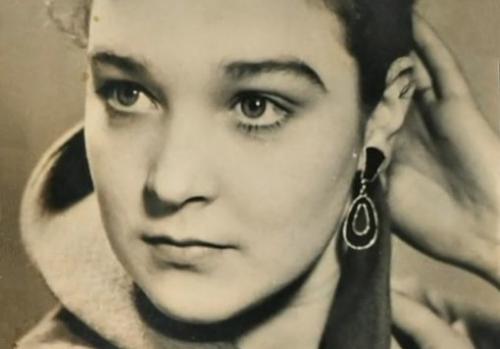 Знакомство с первым состоялось в самолете, но уже через две недели влюбленных грубо разлучили агенты КГБ, устроившие за ними слежку.