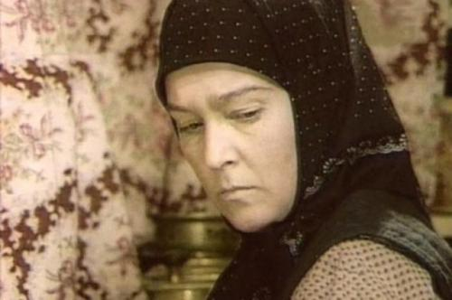 Причем в начале съемок изображала юную девушку, когда ей в действительности было 33, а в последней серии, в свои 35, перевоплотилась в старуху.