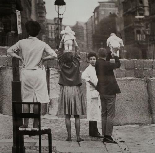Жители Западного Берлина показывают детей их бабушкам и дедушкам, которые живут на восточной стороне, 1961 год.